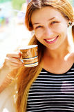 Belle cuvette de sourire de femme et de café Photo libre de droits