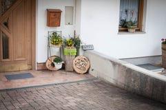 Belle décoration à l'entrée d'une maison images libres de droits
