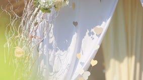 Belle décoration d'arc de mariage sur la pelouse d'arrière-cour banque de vidéos