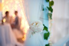 Belle décoration de fleur artificielle dans l'intérieur pendant la réception de mariage image libre de droits