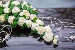 Belle décoration de fleurs sur le capot de voiture de mariage Fleurs blanches sur le capot de la voiture Photo stock