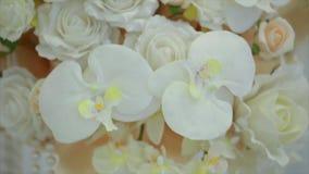 Belle décoration de mariage de fleur sur le blanc banque de vidéos