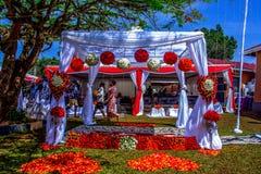 Belle décoration de mariage de porte, tous les mariages floraux et africains photographie stock