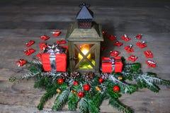 Belle décoration de Noël avec une lanterne et des cadeaux photos stock