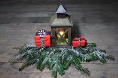 Belle décoration de Noël avec une lanterne et des cadeaux images libres de droits