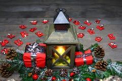 Belle décoration de Noël avec une lanterne et des cadeaux images stock