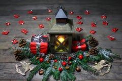 Belle décoration de Noël avec une lanterne et des cadeaux photographie stock