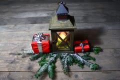 Belle décoration de Noël avec une lanterne et des cadeaux photos libres de droits