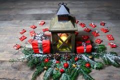 Belle décoration de Noël avec une lanterne et des cadeaux photo stock