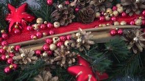 Belle décoration de Noël Guirlande de pin décorée par Noël banque de vidéos