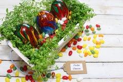 Belle décoration de Pâques avec le cresson et les oeufs de pâques photo libre de droits