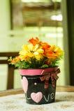 Belle décoration de pot de fleur sur la table basse Photographie stock libre de droits