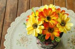 Belle décoration de pot de fleur sur la table basse Images stock