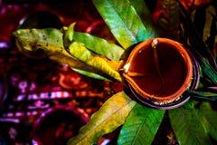 Belle décoration de terre de lampe ou de Diya célébration pendant de Diwali ou de Deepawali pooja du festival des lumières et éga Images stock