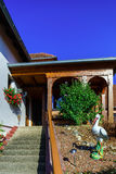 Belle dépendance avec la terrasse en Alsace, France Styl alpin Image stock