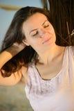 Belle détente de femme, appréciant le coucher du soleil sur la plage Photos libres de droits