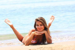 Belle détente modèle sur une plage photo stock