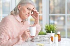 Belle dame âgée prenant des pilules Photographie stock libre de droits