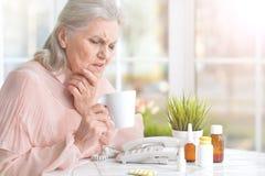 Belle dame âgée prenant des pilules Photos libres de droits