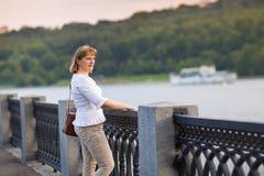 Belle dame appréciant la vue de rivière au centre de la ville Images stock