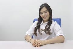 Belle dame asiatique de bureau au bureau photos libres de droits