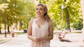 Belle dame avec l'excitation attendant son ami, date en parc d'été image libre de droits