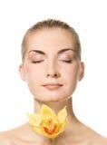 Belle dame avec l'orchidée jaune Photos libres de droits