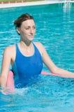 Belle dame avec le tube d'aqua dans la piscine Image libre de droits