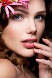 Belle dame avec une guirlande des fleurs Photos stock