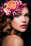Belle dame avec une guirlande des fleurs Image libre de droits