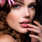 Belle dame avec une guirlande des fleurs Image stock