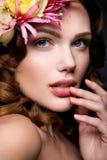 Belle dame avec une guirlande des fleurs Images stock