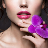 Belle dame avec une guirlande des fleurs Photo libre de droits
