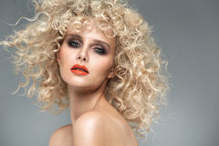 Belle dame blonde avec la coiffure bouclée magnifique photographie stock libre de droits