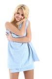 Belle dame blonde enveloppée dans un essuie-main bleu images stock
