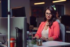 Belle dame d'affaires avec l'ordinateur portable dans le bureau images libres de droits