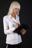 Belle dame d'affaires avec le dépliant de papier Photos libres de droits