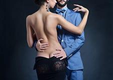 Belle dame dans la robe avec le type dans le costume Photographie stock