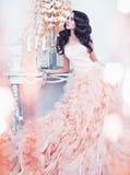 Belle dame dans la robe magnifique de couture dans l'intérieur blanc photo libre de droits