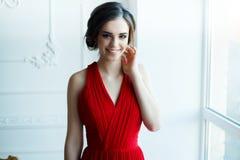 Belle dame dans la robe rouge avec un maquillage de soirée Photo libre de droits