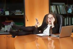 Belle dame de bureau faisant le selfie Photos stock