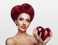 Belle dame de gingembre tenant un coeur en cristal dans des mains Image libre de droits