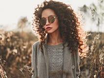 Belle dame de mode dans le paysage d'automne Photo stock