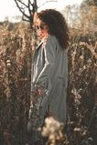 Belle dame de mode dans le paysage d'automne Image stock