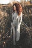 Belle dame de mode dans le paysage d'automne Images stock