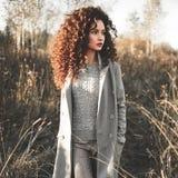 Belle dame de mode dans le paysage d'automne Photos libres de droits