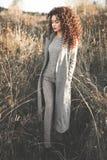 Belle dame de mode dans le paysage d'automne Photographie stock libre de droits
