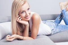 Belle dame de sourire à la maison Image libre de droits