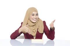 Belle dame de visage heureux avec le geste se reposant et parlant de hijab image libre de droits