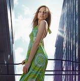 Belle dame dedans au centre ville Photo libre de droits
